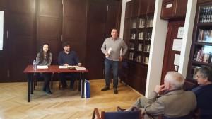 Секретар Клуба Владан Јовановић отвара трибину. За столом: Александра Колаковић, предавач и Пера Ластић, водитељ трибине.