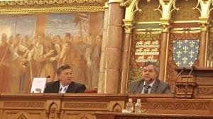 Председник народнсоне секције Мађарског етнографског друштва Шандор Хорват и Борислав Рус као промотери у Парламенту